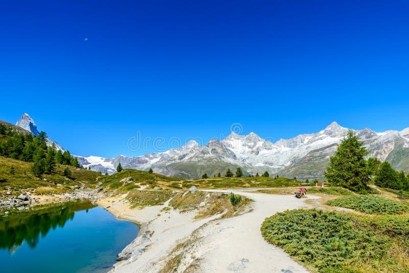 Gruensee (πράσινη λίμνη) με την άποψη στο βουνό Matterhorn - οδοιπορία στα βουνά κοντά σε Zermatt στην Ελβετία στοκ φωτογραφία με δικαίωμα ελεύθερης χρήσης
