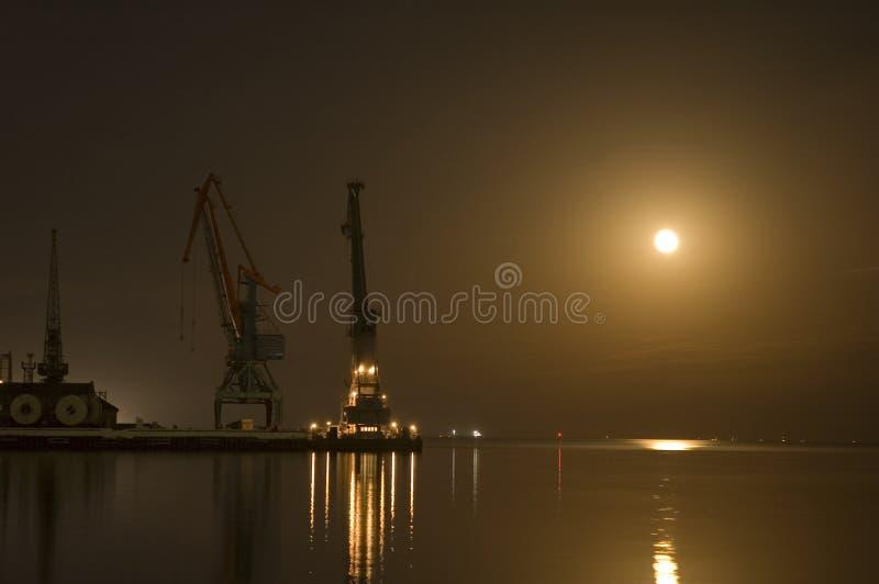 Grues au port de Bakou la nuit image stock