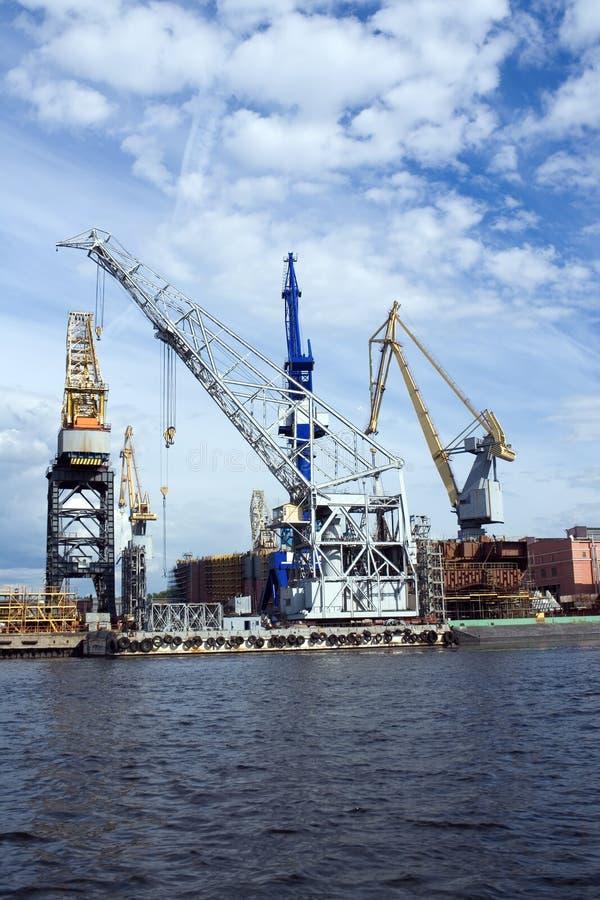 Grues dans le chantier naval images libres de droits