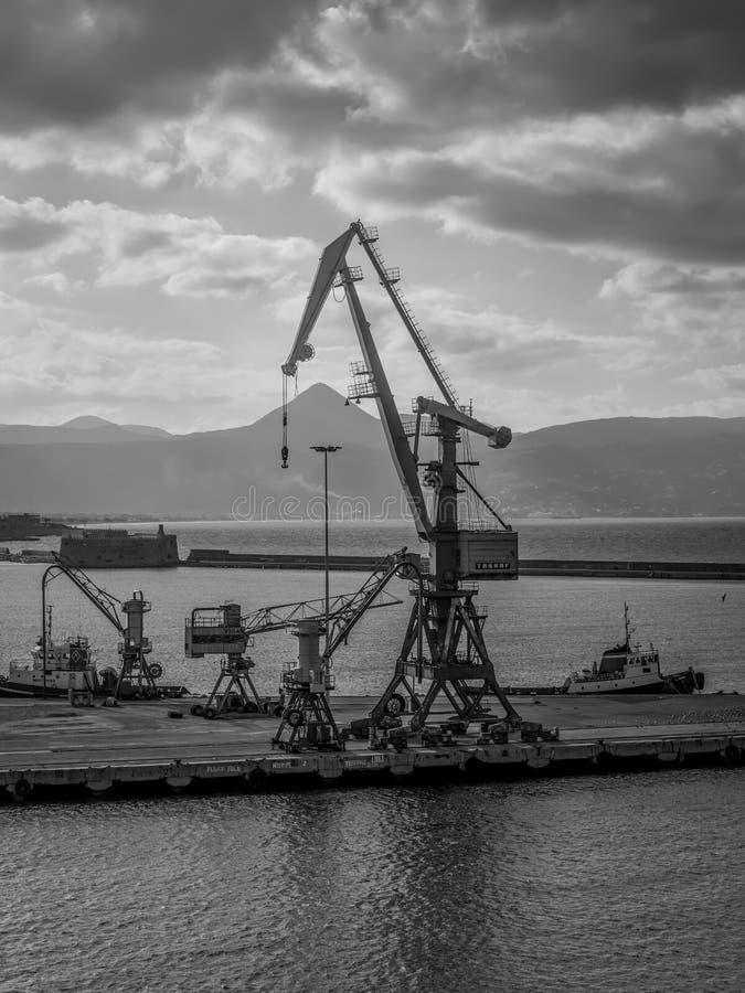 Grues dans le port de Héraklion, Crète, Grèce images stock
