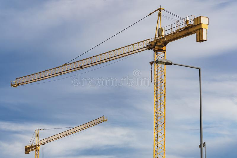 Grues dans un chantier de construction photos stock