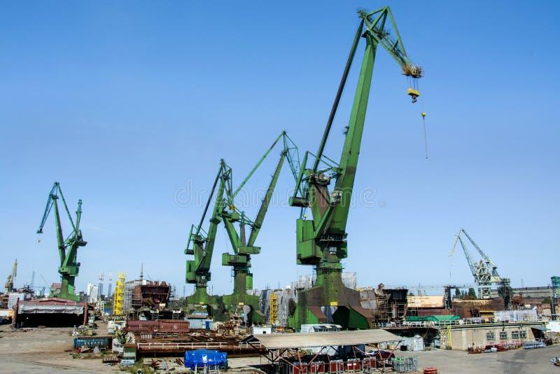 Grues de chantier naval dans le chantier naval Danzig, Pologne photos stock