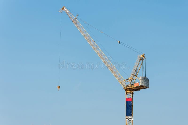Grues de construction industrielles au chantier de construction images stock