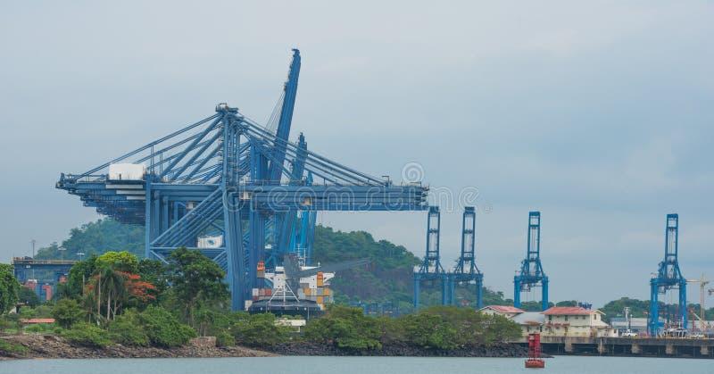 Grues de conteneur chargeant un bateau dans le port au Panama image libre de droits