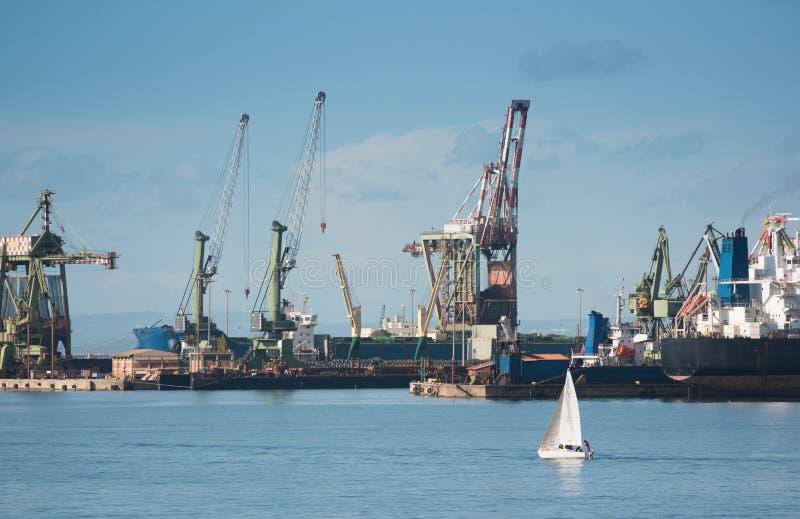 Grues de expédition industrielles dans le port de Tarente, Italie photographie stock