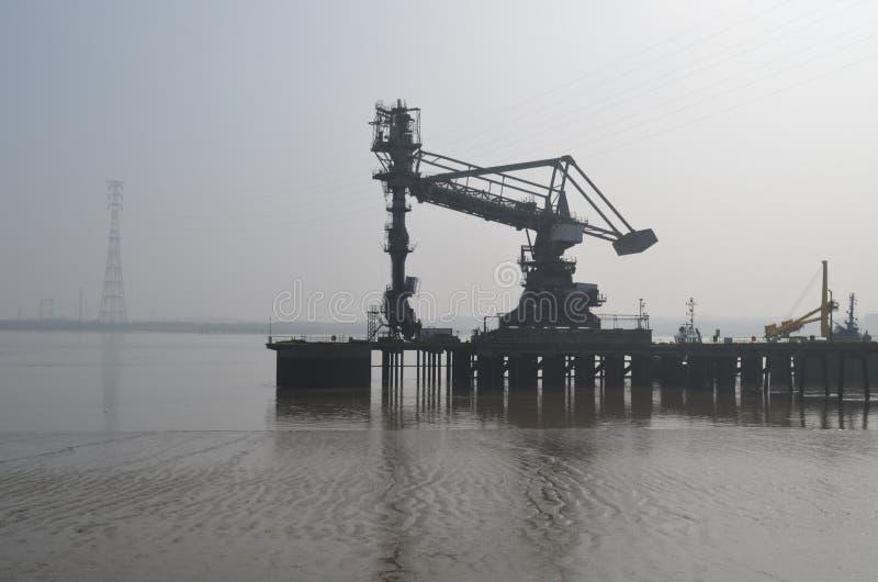 Grues de quai le long de Tilbury dans Essex images stock