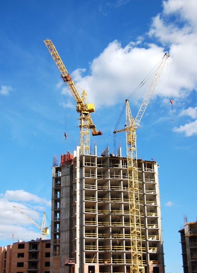 Grues et construction de bâtiments images libres de droits