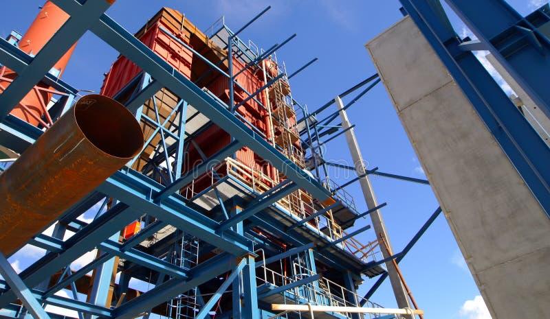 Grues et construction de faisceaux d'usine industrielle image libre de droits