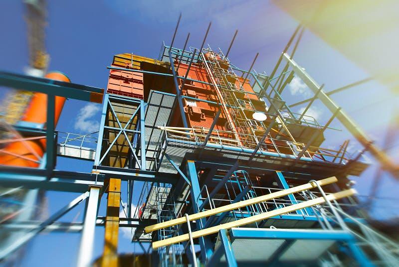 Grues et faisceaux sur la construction de l'usine industrielle image stock