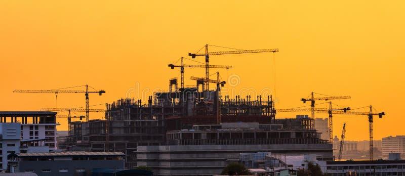 Grues industrielles résistantes au chantier de construction photos stock