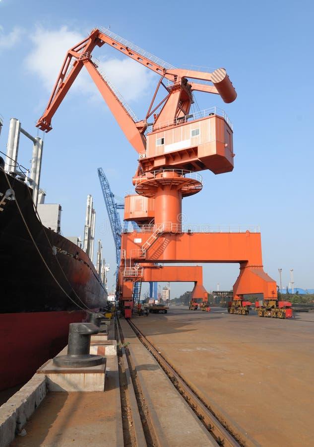 Grues lourdes dans le port photo stock