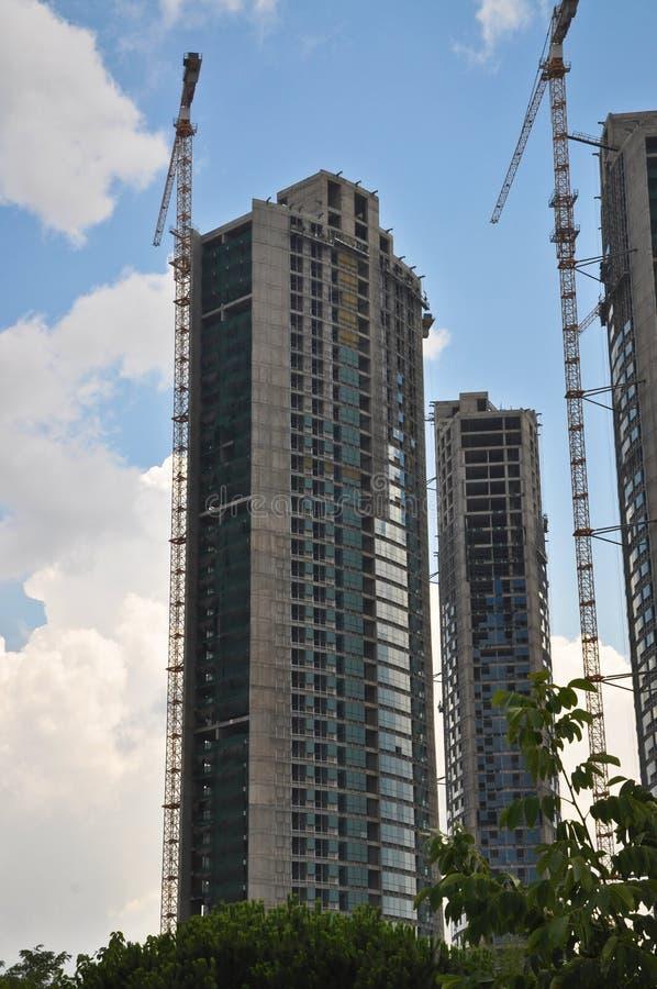 Grues modernes à construction et à tour de résidence photo libre de droits