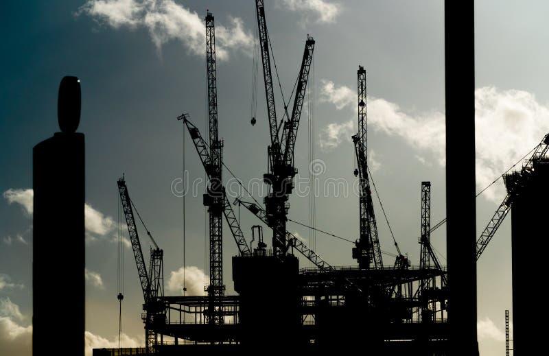 Grues sur un site de construction de bâtiments photo libre de droits