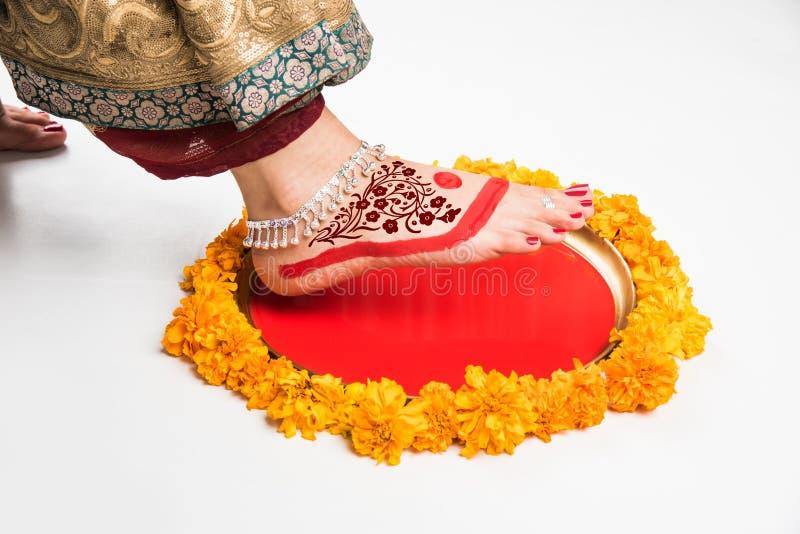 Gruha Pravesh/Gruhapravesh/Griha Pravesh, imagem do close up dos pés adequados de uma noiva hindu indiana recentemente casada que foto de stock