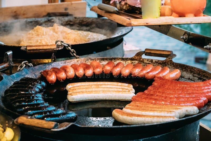 Grule I kiełbasy Smażący Na A Smaży nieckę Tradycyjny Bożenarodzeniowy naczynie Uliczny jedzenie Na ulicach Europa zdjęcia royalty free