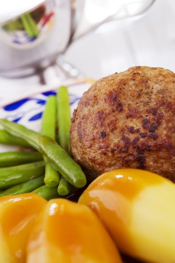 Grule, mięso i warzywa; tradycyjny Holenderski gość restauracji obrazy stock