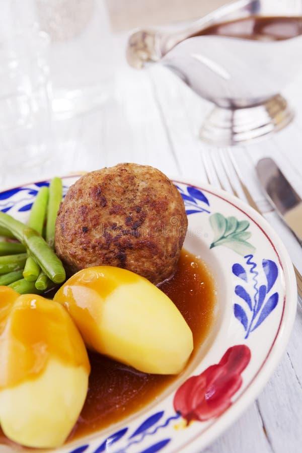 Grule, mięso i warzywa; tradycyjny Holenderski gość restauracji obraz stock