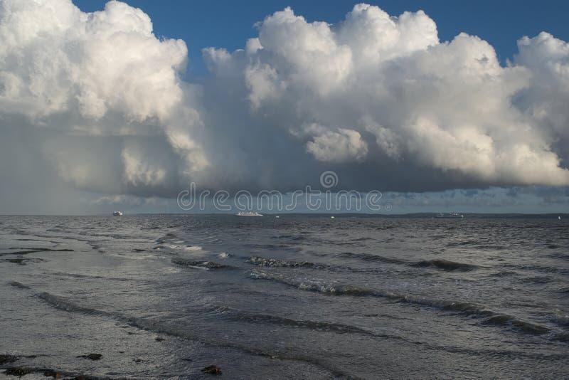 Grund för lågt moln royaltyfria foton