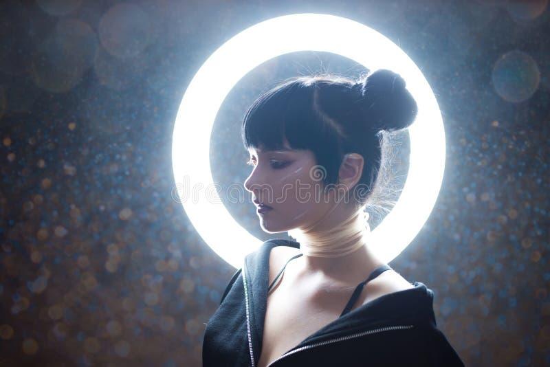 grund flicka för cyberdof-effekt Härlig ung kvinna, futuristisk stil arkivbild