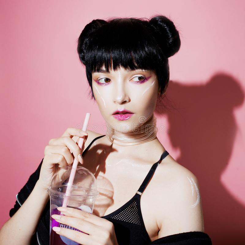 grund flicka för cyberdof-effekt Härlig ung kvinna, futuristisk stil Stående av en moderiktig flicka som dricker sodavatten fotografering för bildbyråer