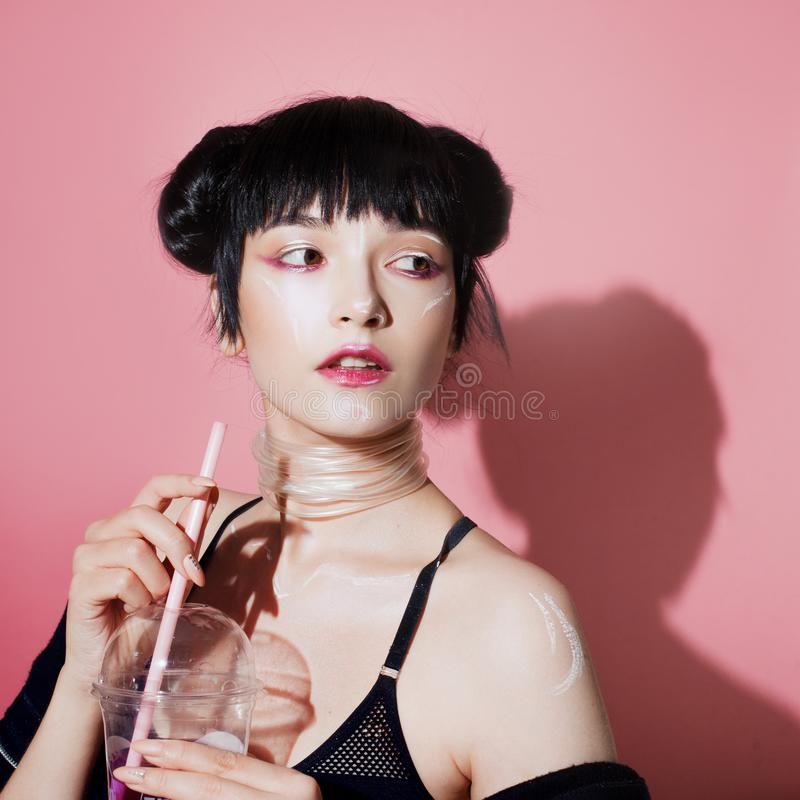 grund flicka för cyberdof-effekt Härlig ung kvinna, futuristisk stil Stående av en moderiktig flicka som dricker sodavatten arkivbilder