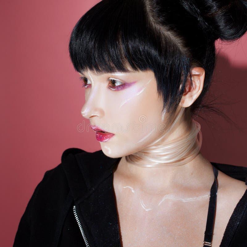 grund flicka för cyberdof-effekt Härlig ung kvinna, futuristisk stil Stående av en flicka på en rosa färg arkivbilder