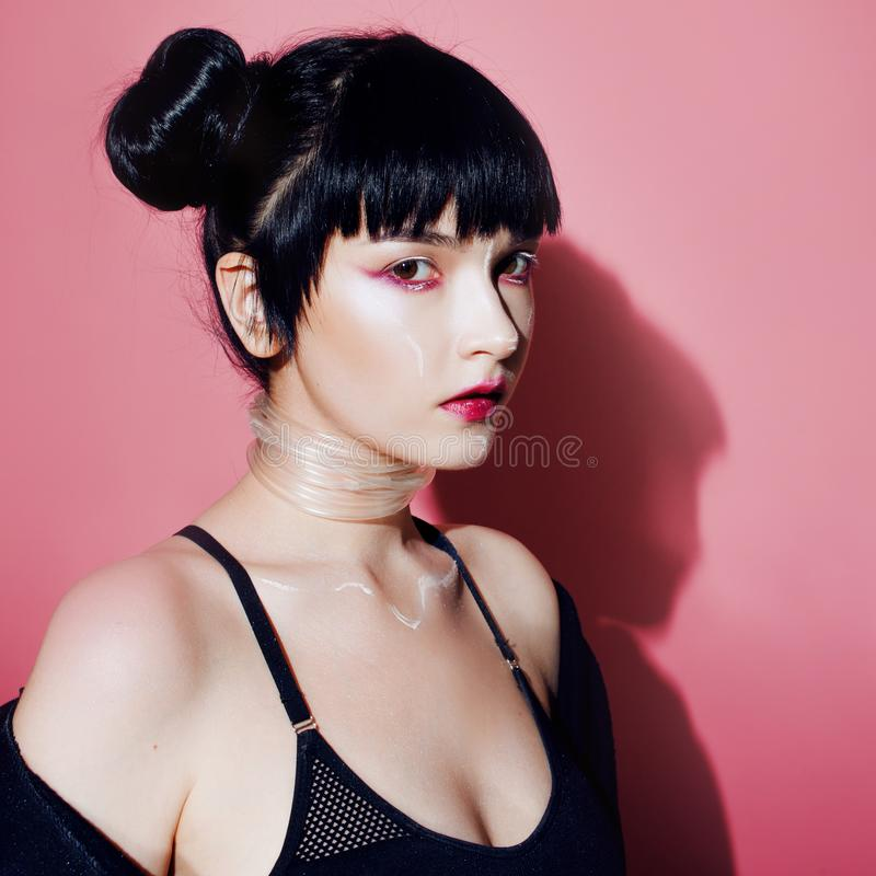 grund flicka för cyberdof-effekt Härlig ung kvinna, futuristisk stil Stående av en flicka på en rosa färg arkivfoto