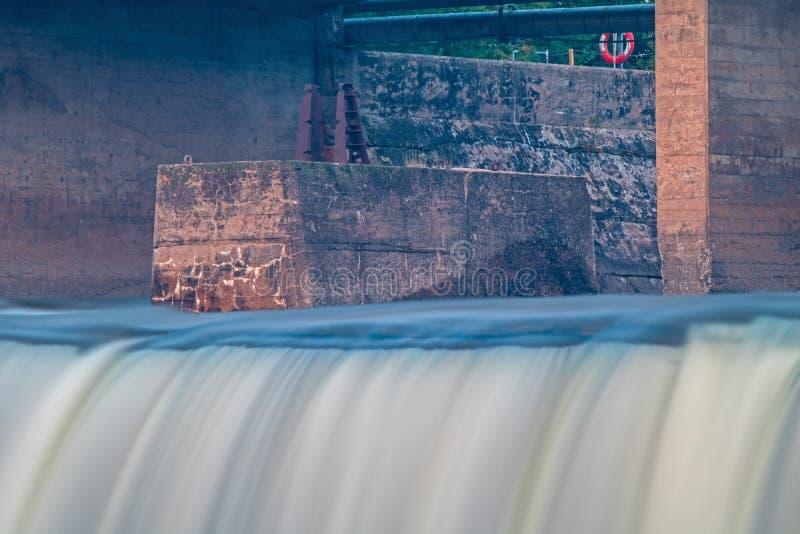 Grund från en gammal bro på Fenelon nedgångar royaltyfri fotografi