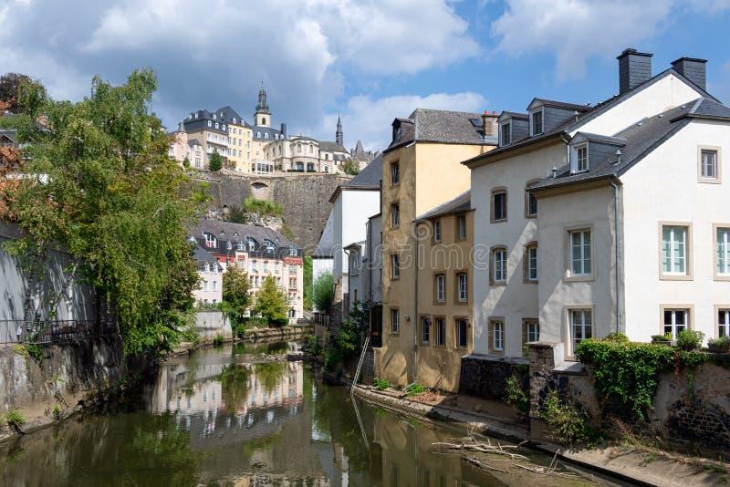 Grund i stadens centrum Luxembourg stad, hus och träd längs den Alzette floden arkivbild
