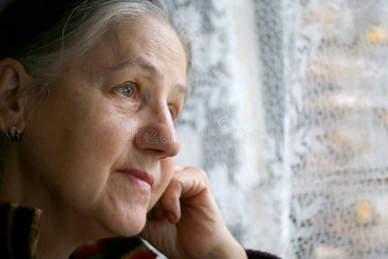 grund kvinna för dof-ståendepensionär arkivfoto