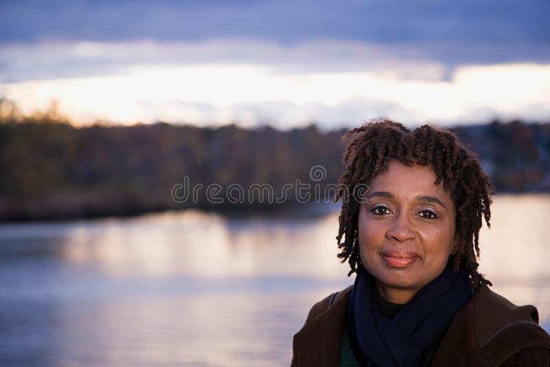 grund kvinna för dof-ståendepensionär arkivbilder