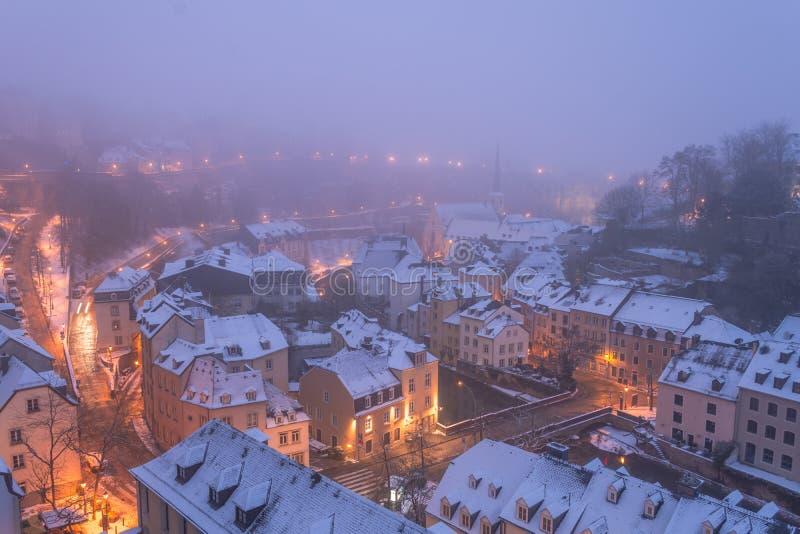 Grund, oude die stad van de stad van Luxemburg in vroege ochtend FO wordt gewikkeld stock foto
