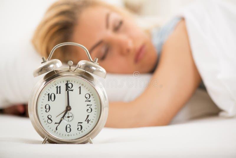 grund sova kvinna för djupfält royaltyfri fotografi