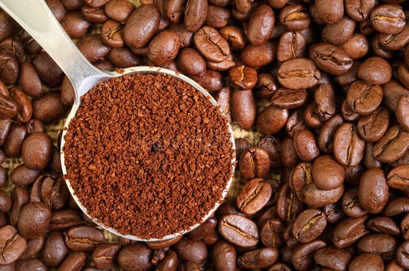 Grund- und ganze Kaffeebohnen lizenzfreies stockfoto