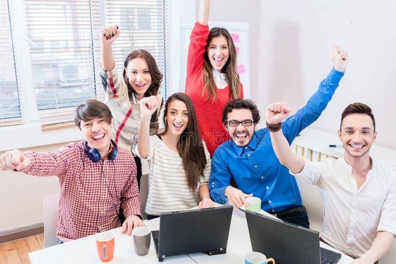 Grundare i startup affär som firar framgång fotografering för bildbyråer