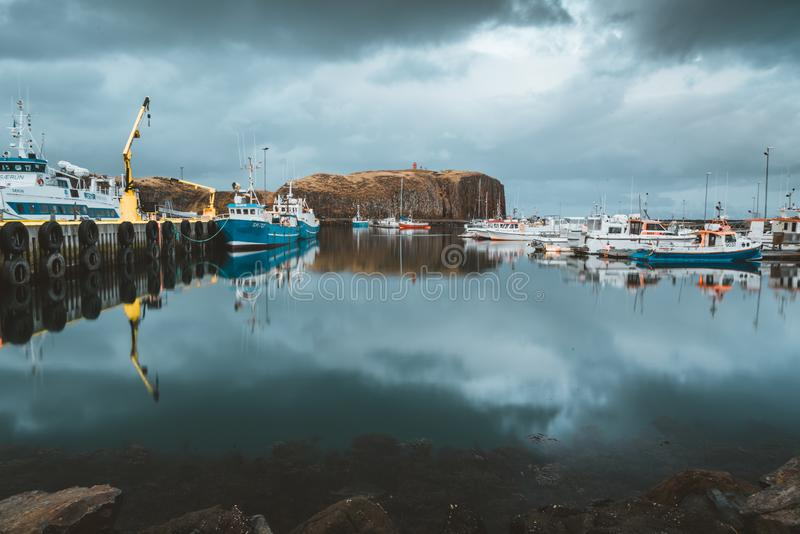 Grundarfjordur, Islandia - 3 de enero de 2019: Puerto con los barcos inmóviles durante el crepúsculo de la tarde, Kirkjufell fotografía de archivo libre de regalías