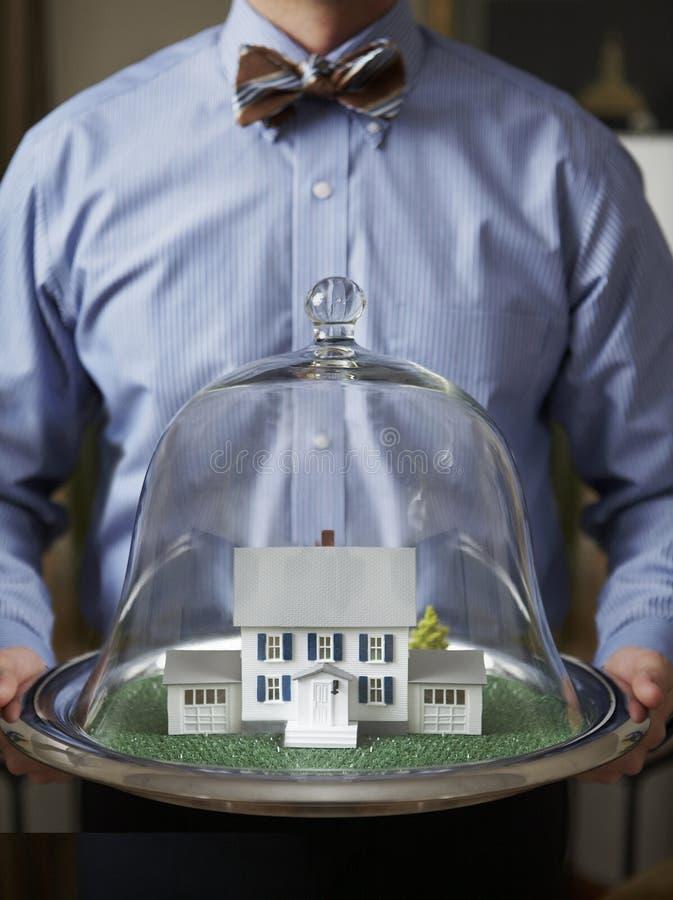 Grundbesitz-Haus hält Mann instand lizenzfreie stockfotografie