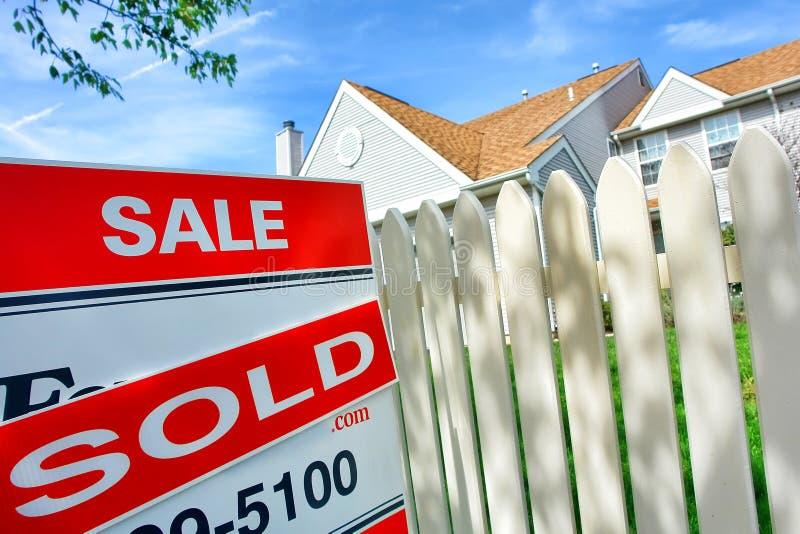 Grundbesitz verkauft und für Verkaufs-Zeichen und Haus lizenzfreies stockfoto