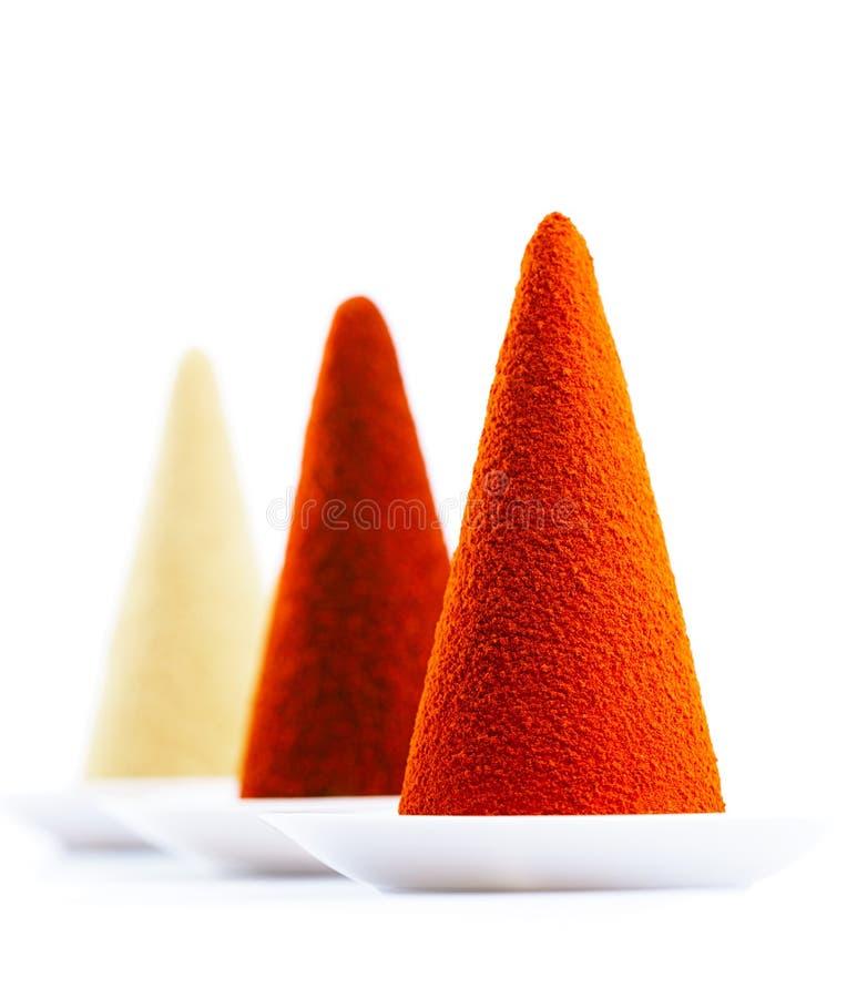 Grundgewürze auf weißen Hintergrund Paprikas, Paprika, Gelbwurz und g stockbild