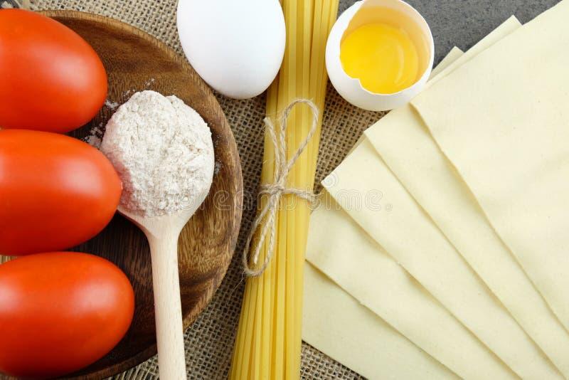 Grundläggande ingredienser för att laga mat italiensk pasta royaltyfri foto