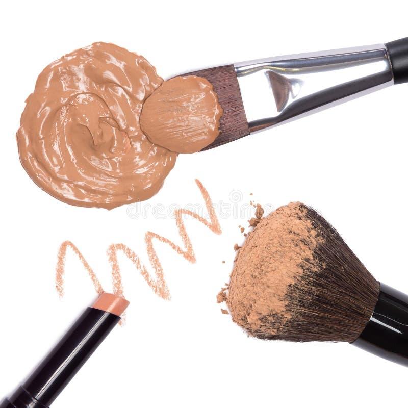 Grundläggande makeupprodukter som skapar härlig hudsignal arkivfoto