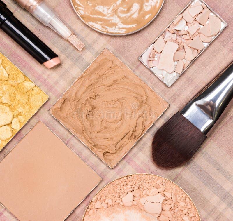 Grundläggande makeupprodukter som skapar härlig hudsignal arkivbilder