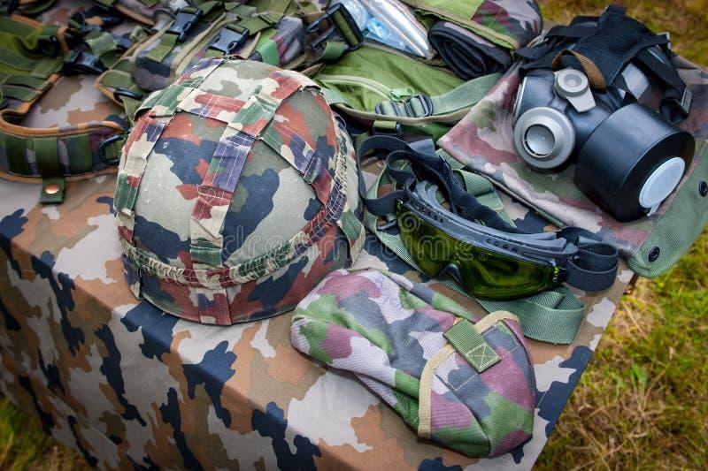 Grundläggande militär utrustning med hjälmen, exponeringsglas och gasmasken arkivfoto
