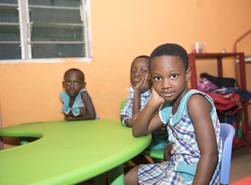Grundl?ggande skolbarn fr?n Ghana, V?stafrika royaltyfri fotografi