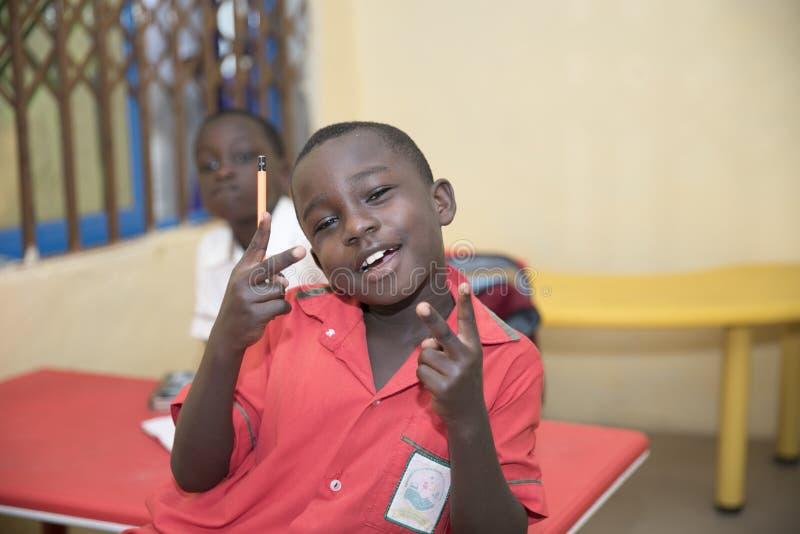 Grundl?ggande skolbarn fr?n Ghana, V?stafrika arkivfoto