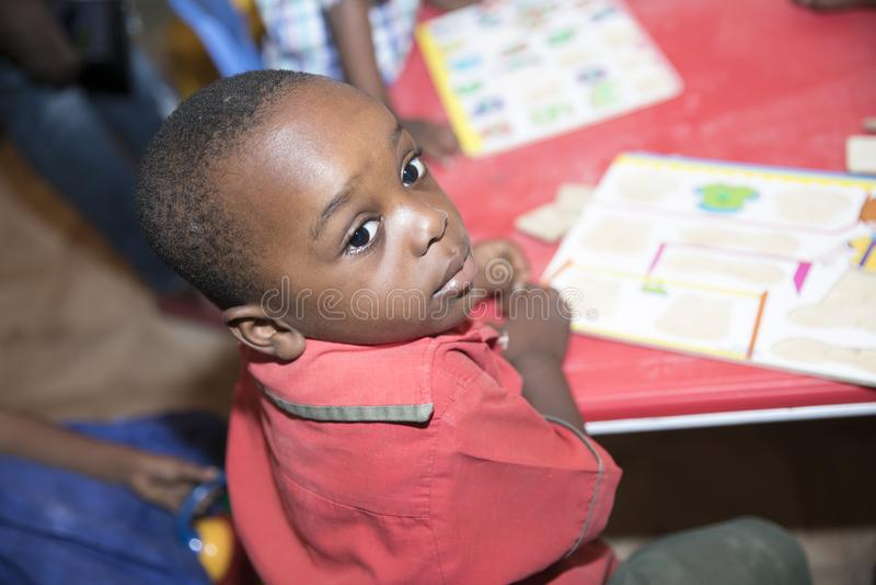 Grundl?ggande skolbarn fr?n Ghana, V?stafrika royaltyfria bilder