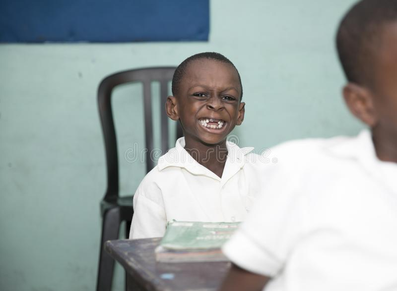 Grundl?ggande skolbarn fr?n Ghana, V?stafrika royaltyfria foton