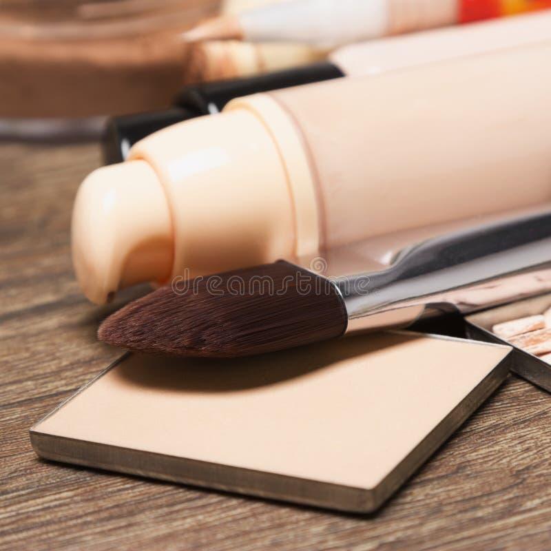 Grundlagenkosmetische Produkte mit Make-upbürste lizenzfreie stockfotos