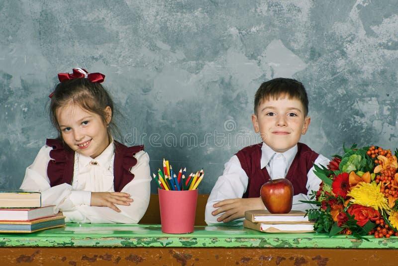 Grundlegende emotionale Schulkinder stockbilder