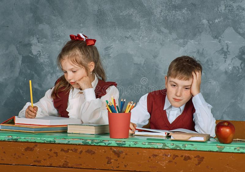 Grundlegende emotionale Schulkinder lizenzfreie stockbilder